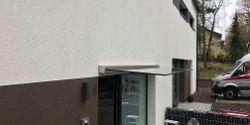 Ganzglas Vordach mit verblüffender Optik